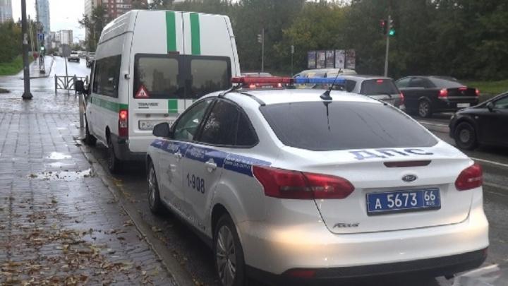 Два екатеринбуржца лишились машин на дороге, их забрали за долги