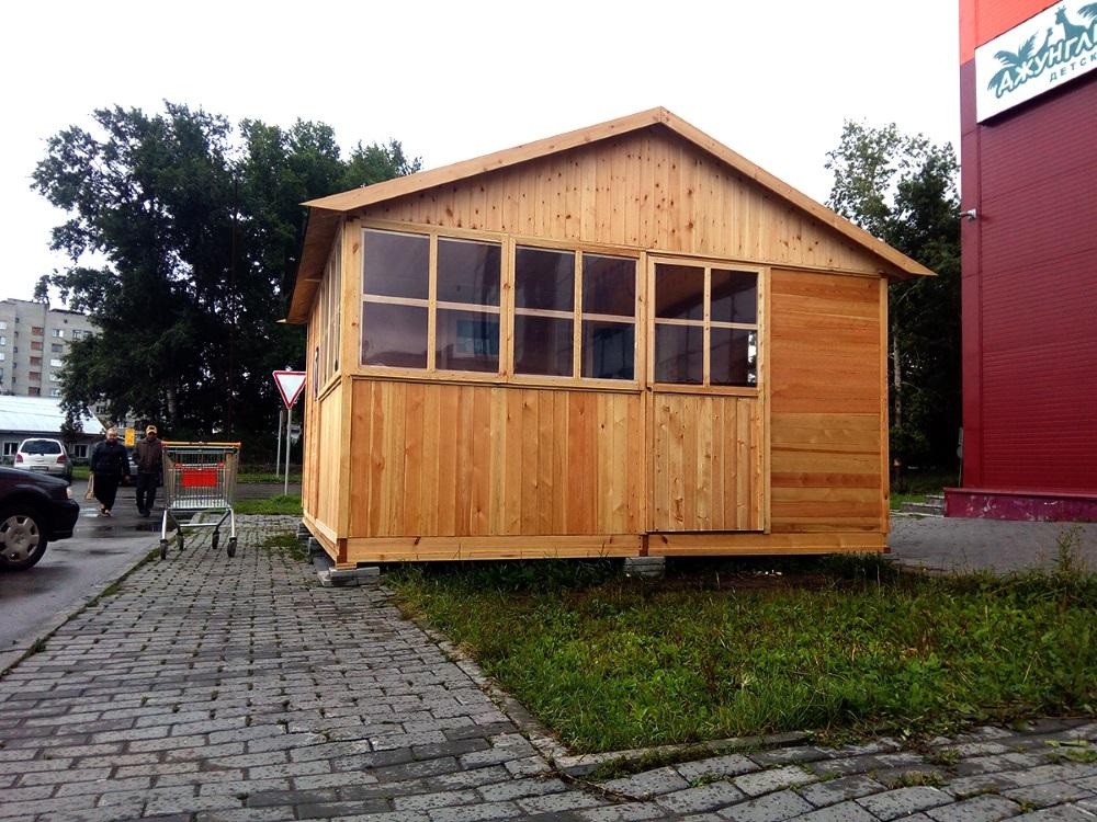 В центре Бердска на тротуар выставили деревянную баню
