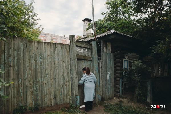 Этот дом более полувека назад построила бабушка Галины Базуевой. Сегодня одноэтажное строение поделено между двумя разными семьями