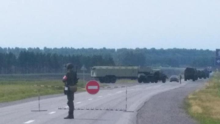 Колонна военных машин перекрыла дорогу возле Ужура (видео)