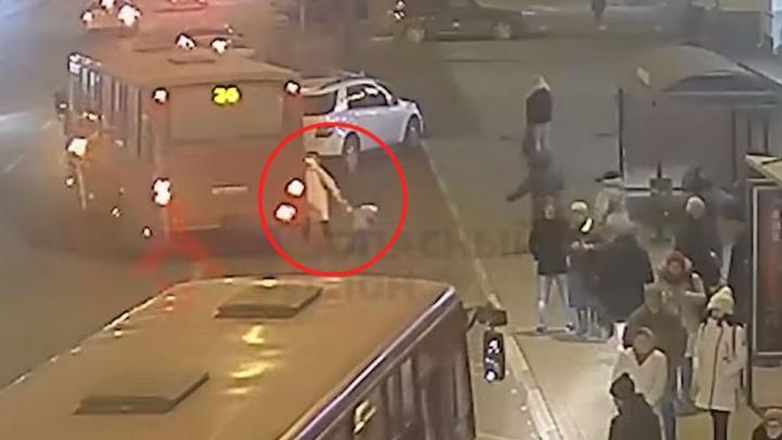 Ребёнок упал на дорогу: в Ярославле маршрутка протащила маму с малышом