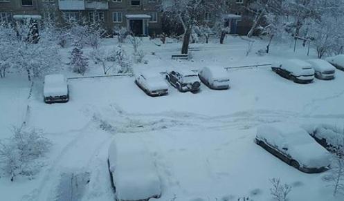 На юг Красноярского края и Хакасию обрушился снегопад, движение на трассах приостановлено
