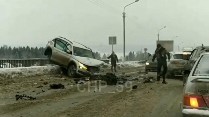 На Чусовском мосту произошла серьезная авария: движение затруднено