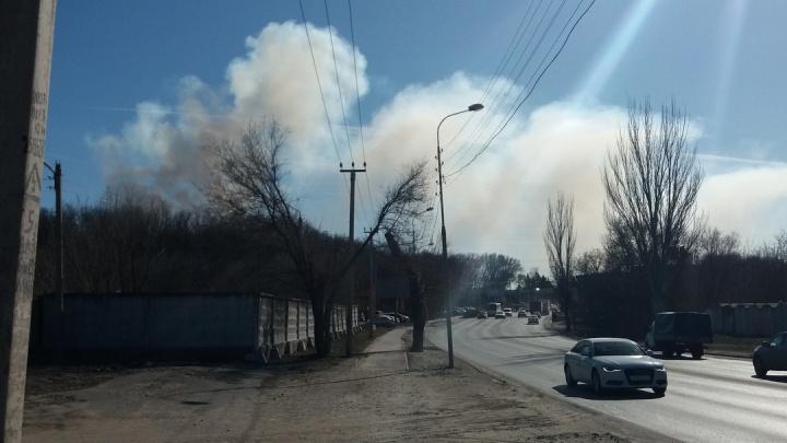 Район заволокло дымом: в Ростове борются с крупным пожаром