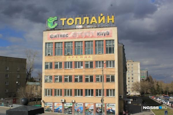 Одно из реконструируемых зданий находится на съезде у Комсомольского моста