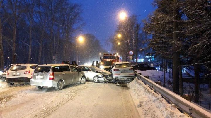 Водителя седана зажало подушками безопасности в массовой аварии на Петухова