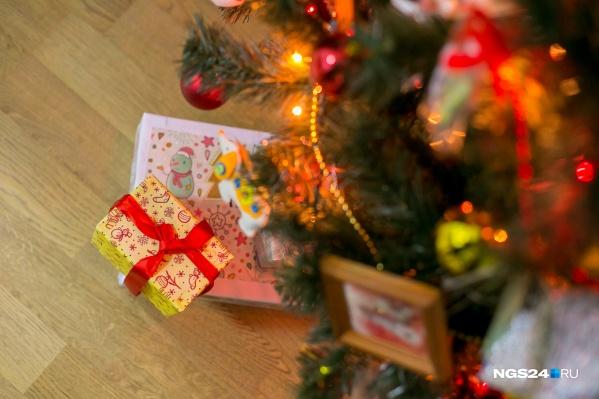 До Нового года осталось всего две недели, и многие уже нарядили ёлку