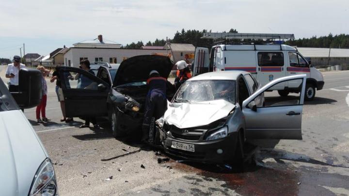 Ростовские спасатели вытащили двух человек, застрявших в автомобиле после ДТП