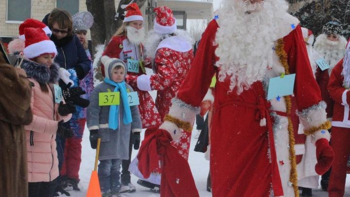«Больше сотни»: по Волжскому пробежали самые маленькие и почтенные Деды Морозы