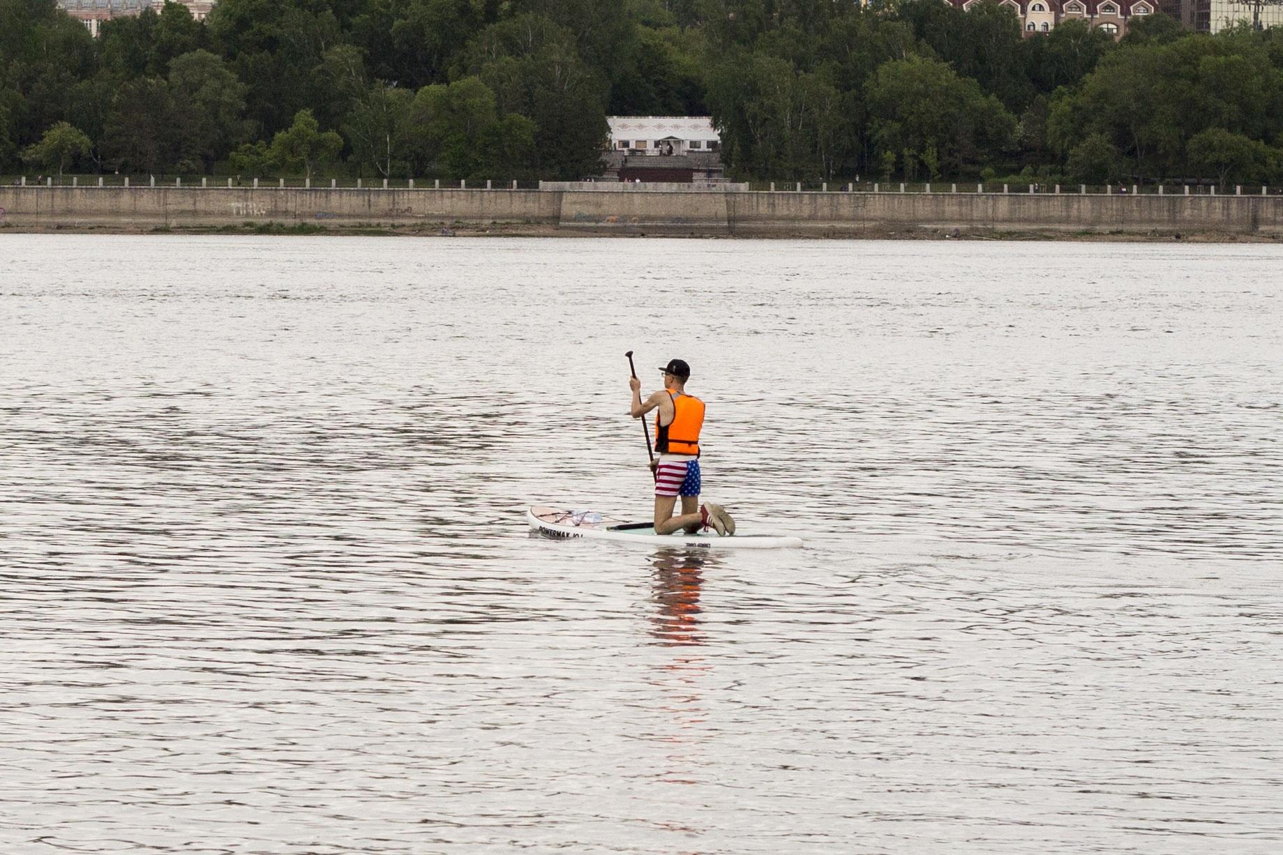 Перед тем как официально открыть пляж, специалисты берут пробы воды