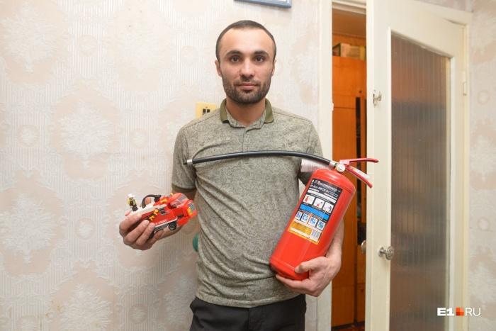 Геворга Аветисяна, который вытащил из огня троих детей во время пожара в Цыганском поселке Екатеринбурга, обвиняют в избиении родственника