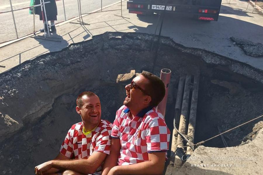 В Тюмени асфальт обрушивается из-за нового коллектора