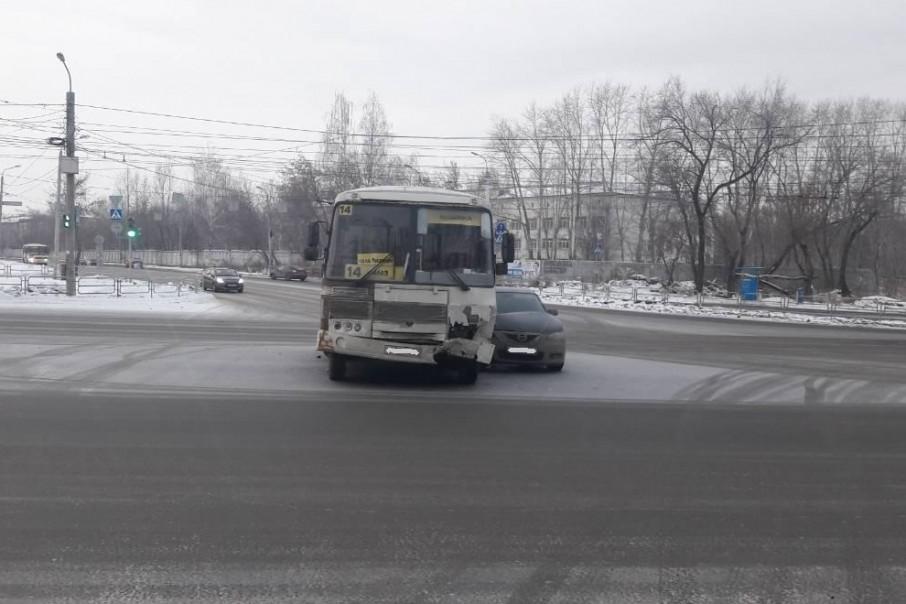 На улице Кузнецова столкнулись маршрутка и Mazda 3