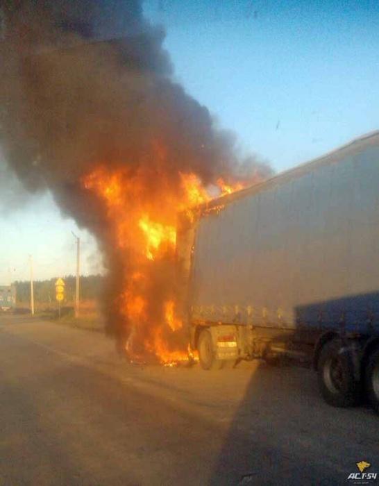 В МЧС сообщили, что загоревшийся грузовик с прицепом тушили 9 пожарных