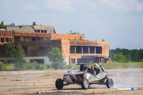 Мощности вазовского двигателя хватает, чтобы срывать колёса даже на сухом бетоне