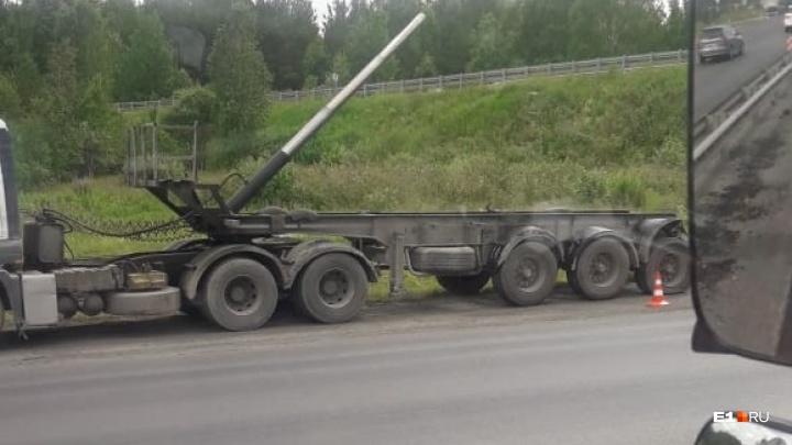 На Московском тракте водитель тонара оторвал кузов, зацепившись им за мост