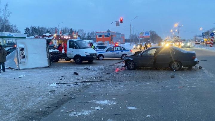 Будку «Газели» оторвало после столкновения с седаном на Матвеевке