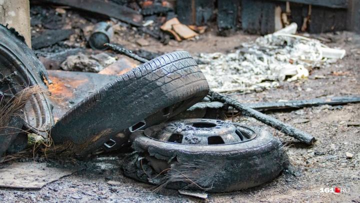 В донском поле в сгоревшей машине нашли тело мужчины