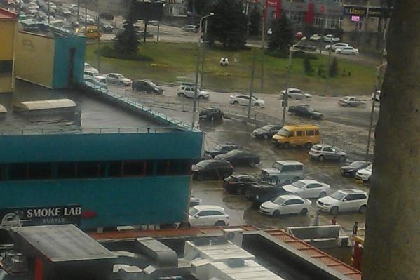 На Северном затопило площадку перед развлекательным центром