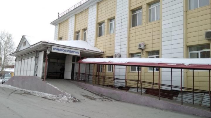 Тюменцы сняли на видео, как медики уронили пациента с носилок