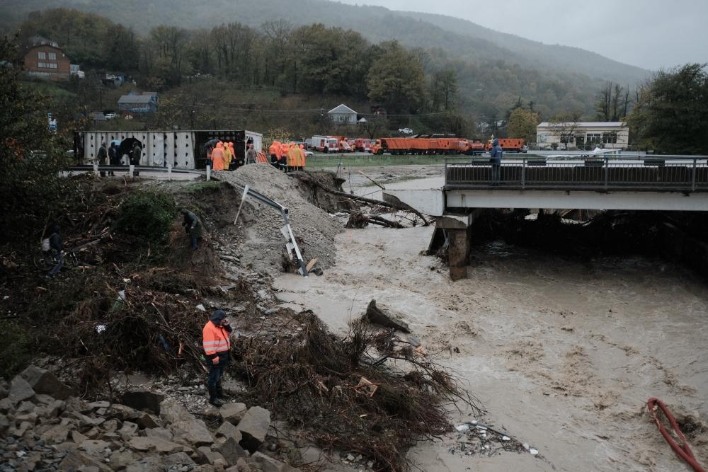В МЧС Краснодарского края сообщают, что работы по ликвидации последствий дождевого паводка продолжаются до сих пор