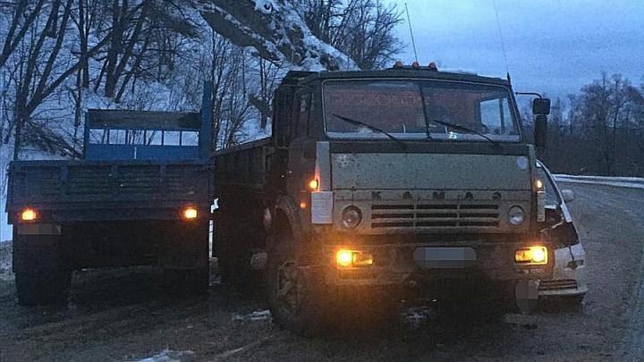 На трассе в Башкирии столкнулисьКАМАЗ и Toyota Alphard, пострадали три человека