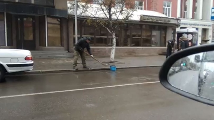 «Ливневка по-красноярски»: рабочих поймали за вычерпыванием воды из луж лопатой
