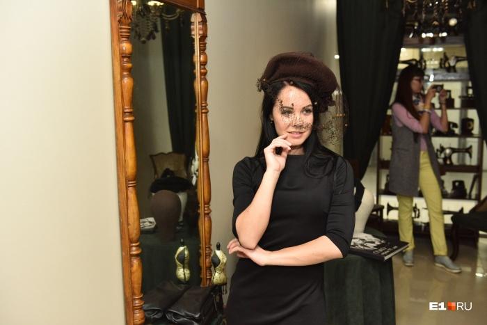 В музее можно примерить шляпку с вуалью и поглядеться в старинное зеркало
