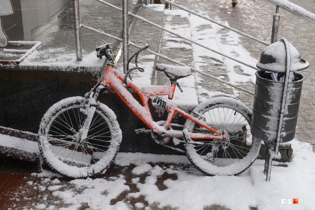 Автомобилисты встали в пробки, самолёты кружили над Кольцово: как Екатеринбург пережил снегопад