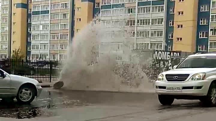Видео: из-под земли на Затулинке забил фонтан с горячей водой
