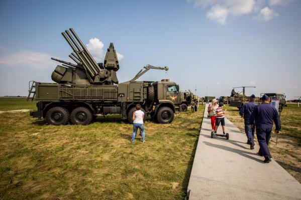 Мероприятие проходит на аэродроме войсковой части около аэропорта Толмачёво