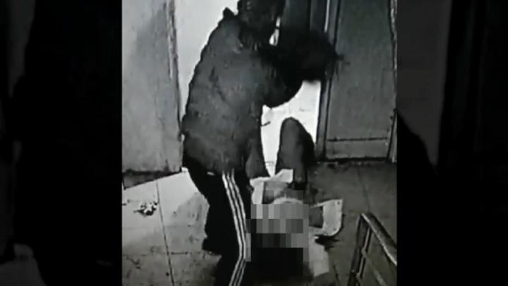 В омском подъезде женщина отчаянно боролась с мужчиной за свою сумку с телефоном