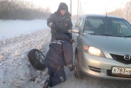 У нее лопнуло колесо, а запаска примерзла к багажнику из-за морозов в –40