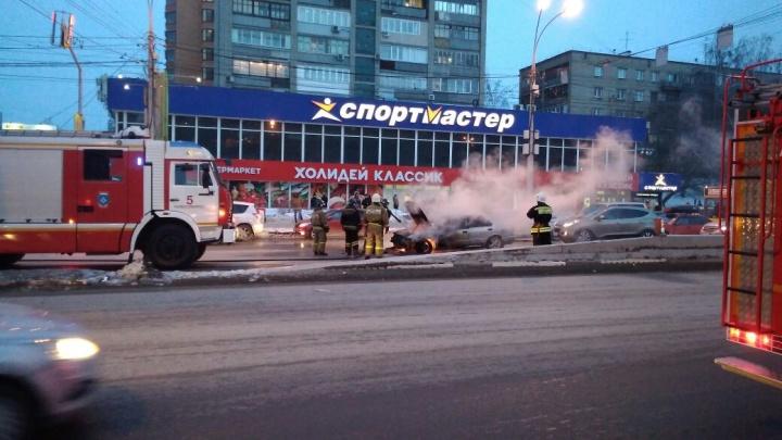 На Красном проспекте возле метро «Гагаринская» вспыхнул Nissan Sunny