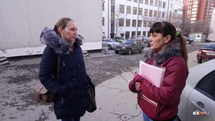 Олеся (слева) и Светлана несколько часов дежурили под стенами колонии