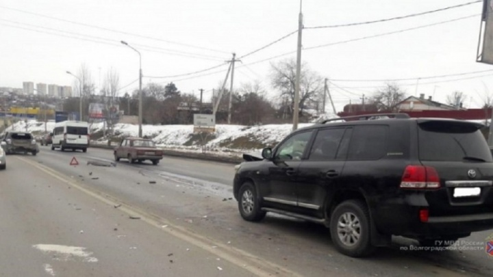 Не выдержал дистанцию: в Волгограде мощный внедорожник протаранил легковушку