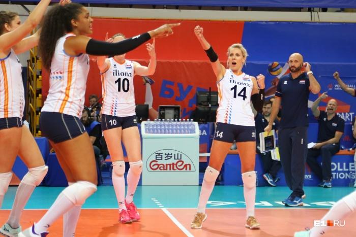 Сборная Нидерландов празднует победу над российскими волейболистками в Екатеринбурге. Наши девушки уступили со счетом 3:0