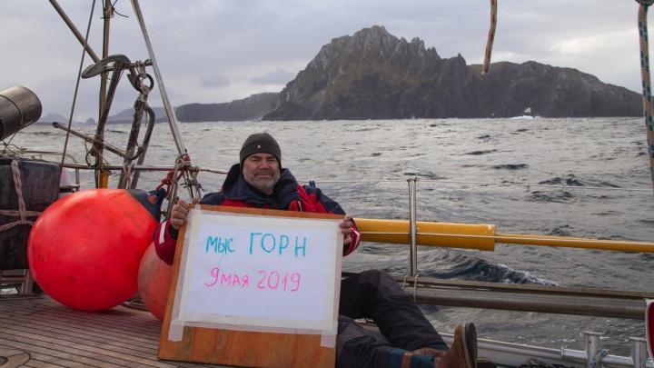 Коллекционирующий фото с флагом Красноярска путешественник сделал новый снимок у мыса Горн