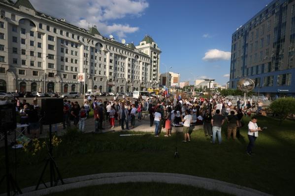 Толпа готовится к митингу