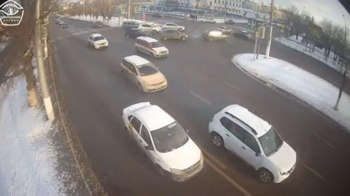 Разбросало по сторонам: жесткое столкновение трех легковушек попало на видео