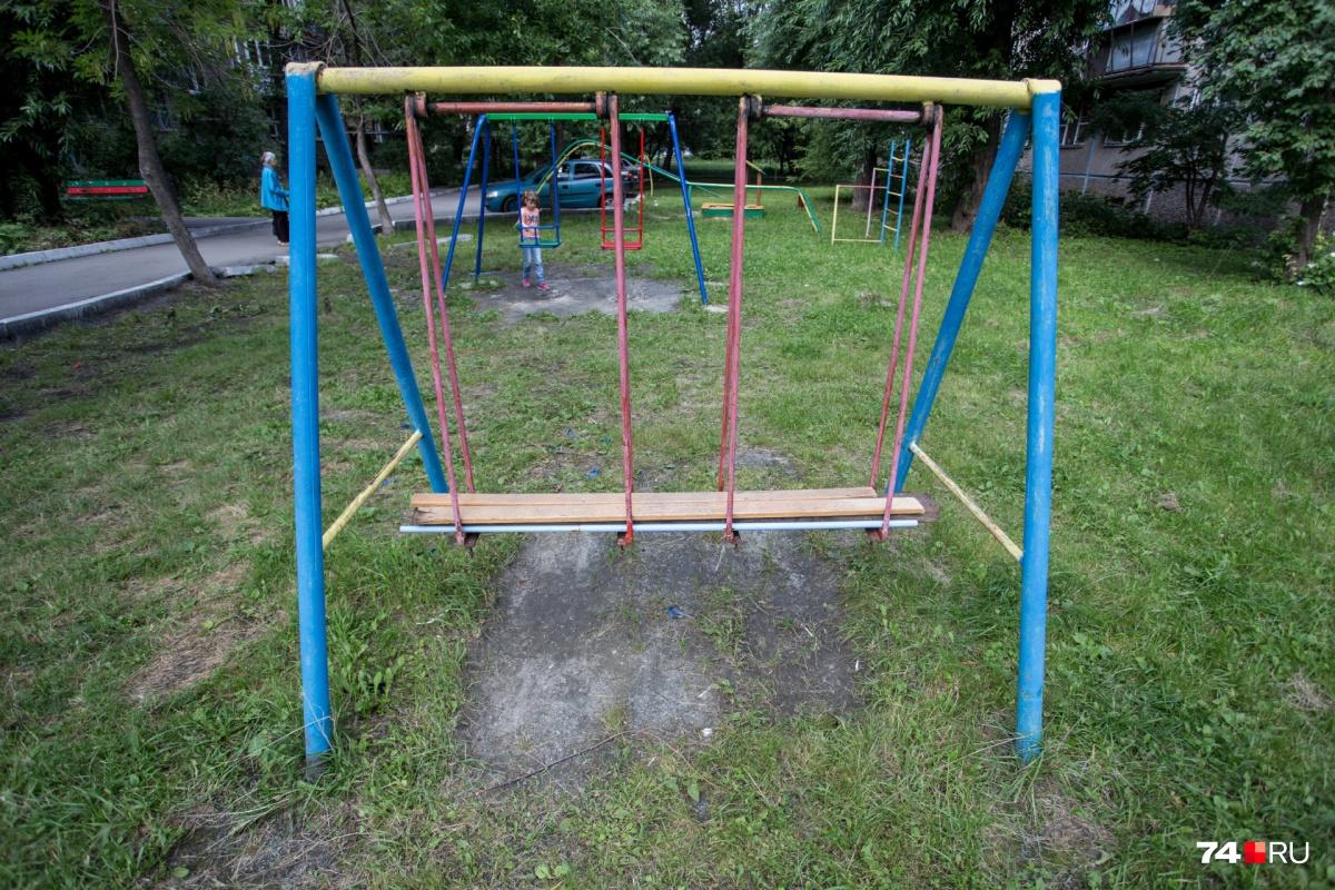 Жителям придётся скидываться самим, если они хотят детскую площадку во дворе