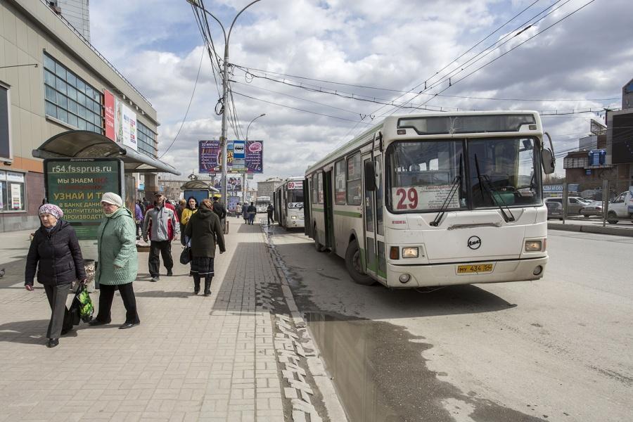 ВНовосибирске автобус зажал коляску сребёнком