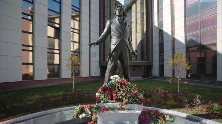 В Красноярске открыли памятник Хворостовскому