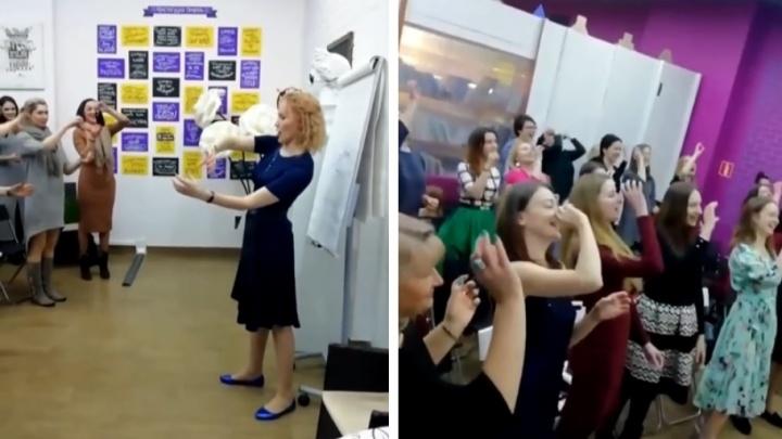 «Мозгу всё равно, искренне ли вы смеётесь»: в Ярославле взрослых учат хохотать