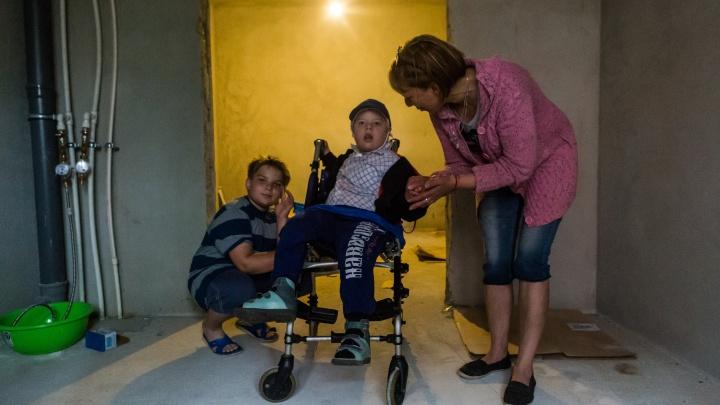 «Берите, а то 10 лет будете ждать»: матери с сыном-инвалидом дали квартиру. В ней нет окон и дверей