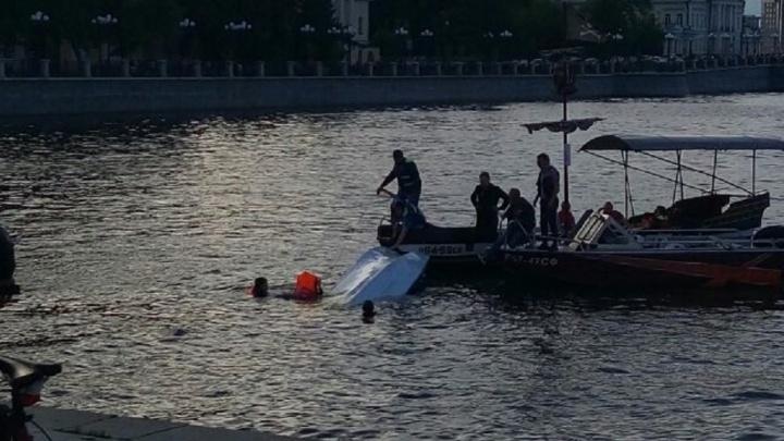 На Плотинке перевернулся катер с людьми