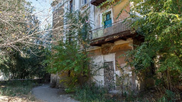 «Падает на голову»: на юге Волгограда на волоске от разрушения остался довоенный дом