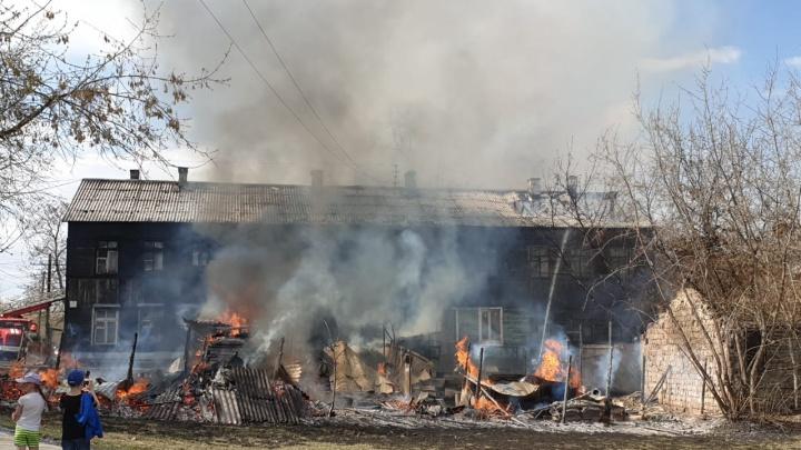 «Все заволокло черным дымом»: жителей дома в Пугачевском переулке эвакуируют из-за пожара