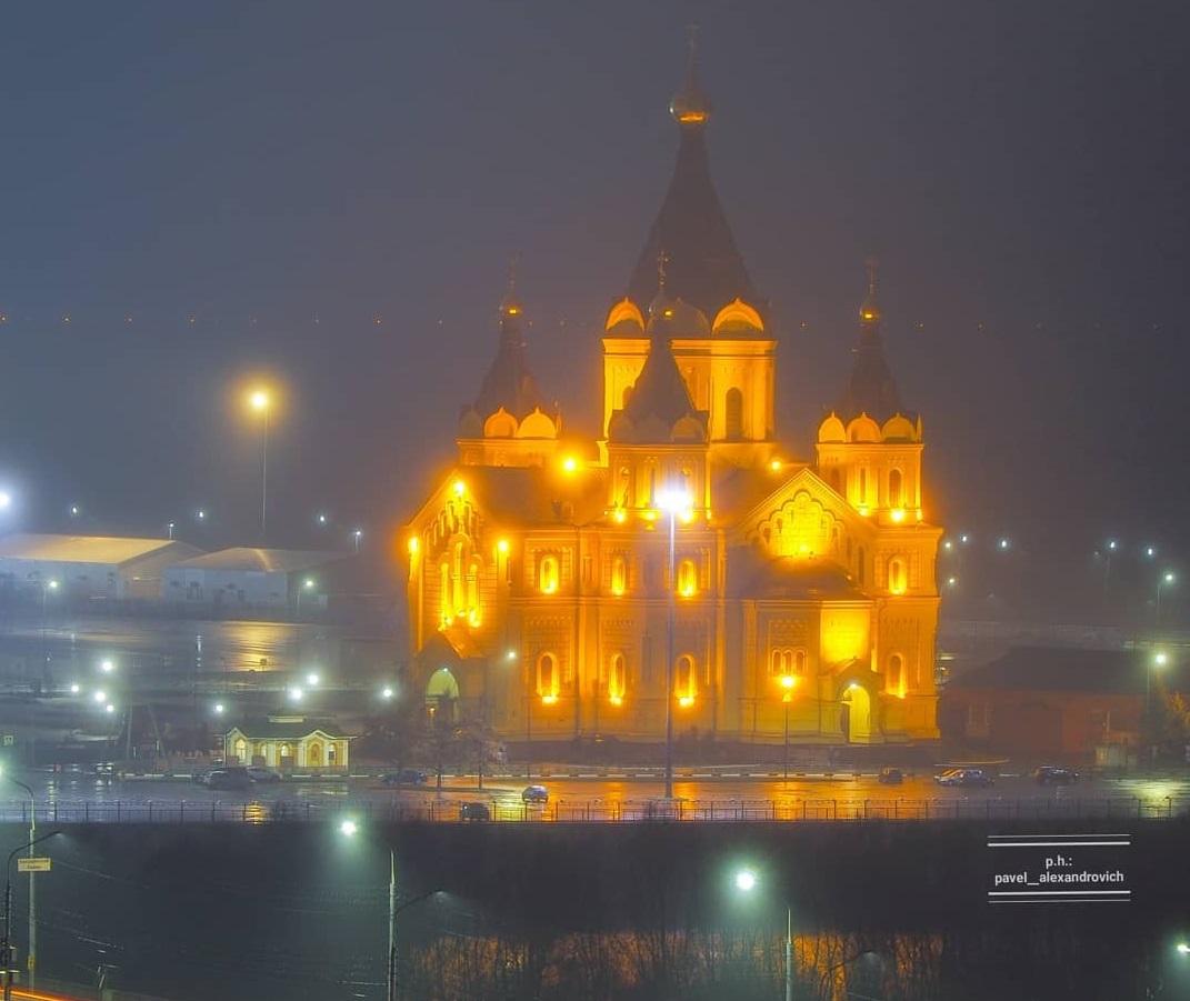 Собор Александра Невского выглядит очень величественно