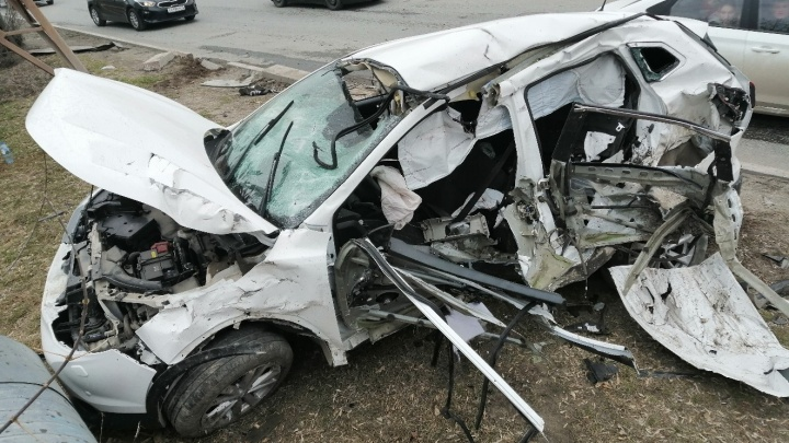 Момент столкновения авто на 50 лет ВЛКСМ попал на видео: Land Rover на скорости врезался в Nissan